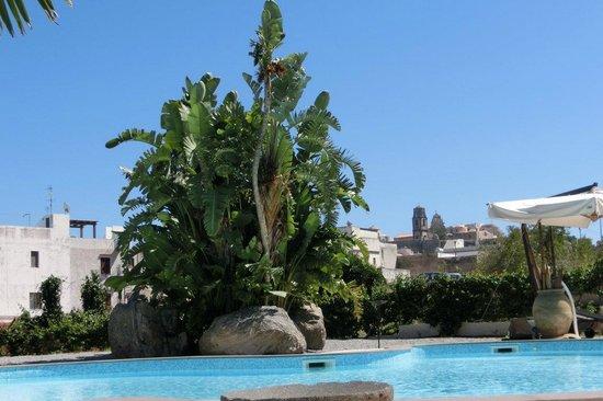 """Residence Hotel La Giara: Il """"Castello"""" visto dalla piscina"""