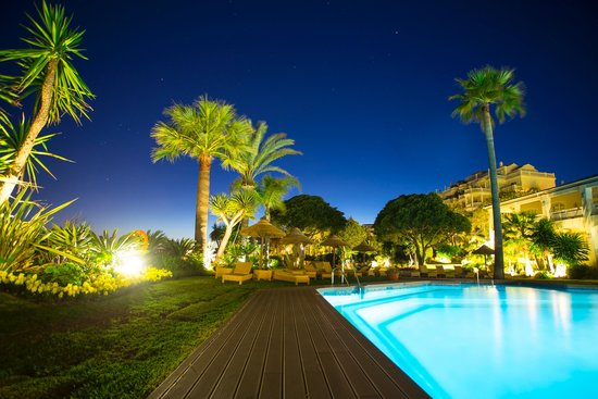 Healthouse Las Dunas Beach Hotel and Spa: gardens by night