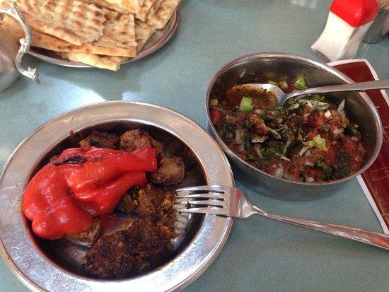 Kebapci Halil Usta : Halil Usta'nın meşhur küşnemesi ve harika salatası.