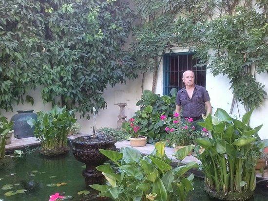 Palacio de Viana: Toni frente a la reja