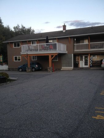 Swiss Chalet Motel: The outside of the Motel