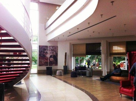 Leonardo Hotel Weimar: Großzügiger Eingangsbereich