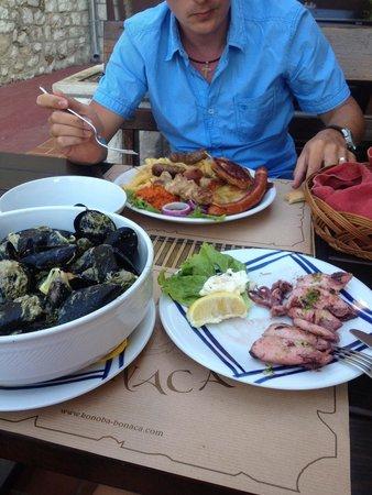 Konoba Bonaca: Meat plate,squid,musels.