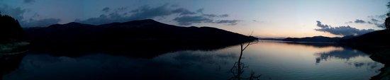 Lorica, Ιταλία: Panorama del Lago Arvo durante un tramonto autunnale.