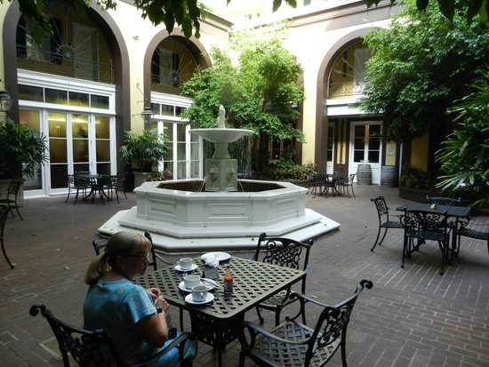 Hotel Mazarin: Courtyard dining for breakfast
