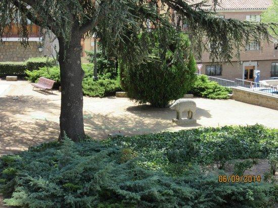 Parador de Ávila: Jardín, Verraco