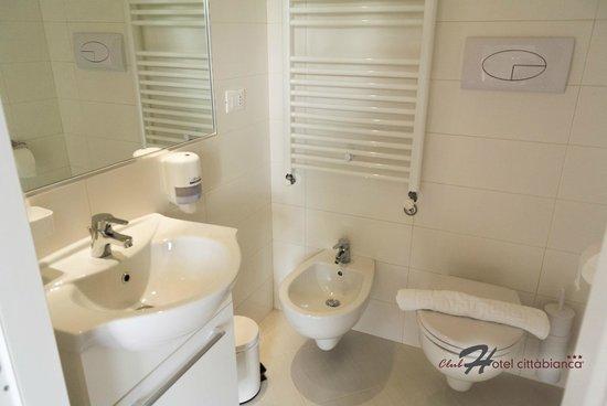 Bagno con sanitari sospesi e cabina doccia in muratura foto di boutique hotel citt bianca - Rifacimento bagno manutenzione ordinaria o straordinaria ...