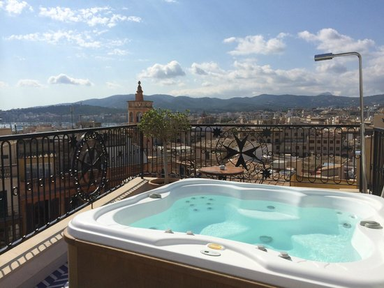 Hotel Cort: The hot tub on the private roof terrace of room 42