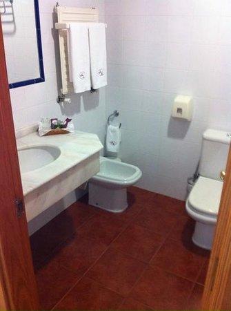 Lombina Hotel: baño