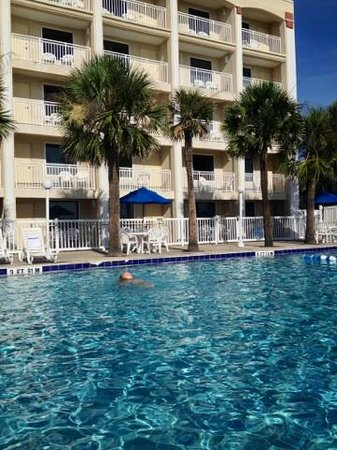 Holiday Isle Oceanfront Resort: pool was clean