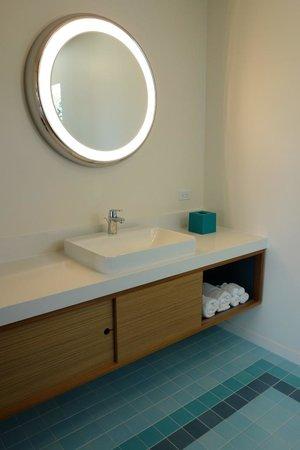 Beverly Laurel Motor Hotel: bathroom