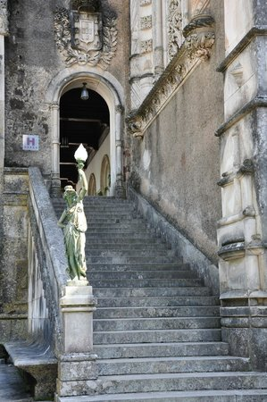 Bussaco Palace Hotel: Stairway to the reception.