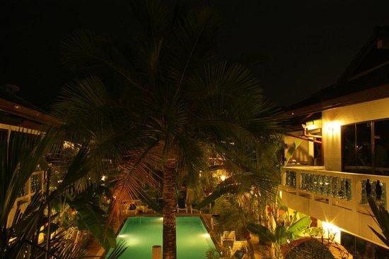 Ya Nui Resort: Blick auf Innenhof mit Pool bei Nacht