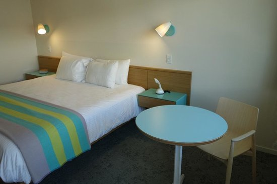 Beverly Laurel Motor Hotel: king room