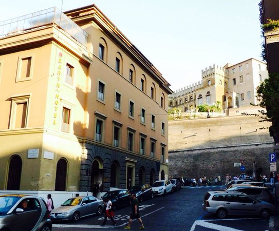 Heart Hotel: Hearth Hotel from the outside and only some few steps away from Vatican Museum. Photo taken last