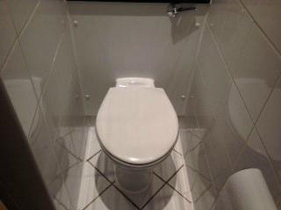 Holiday Inn London - Kensington High Street: Toilet Space