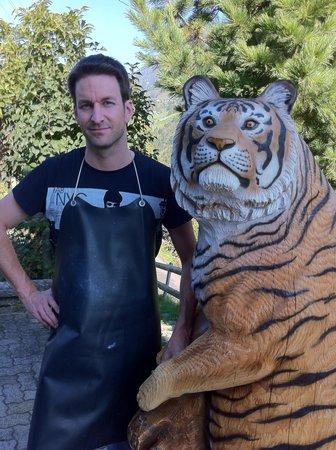 Adelboden, Schweiz: Tiger geschnitzt von Karl Melchior Trummer