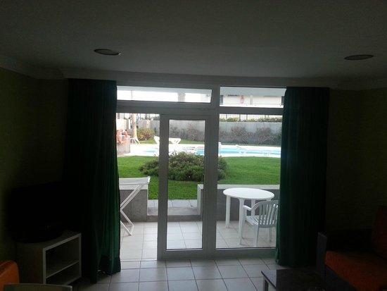 Arco Iris Apartments: vista del patio con accesso al giarino e piscina