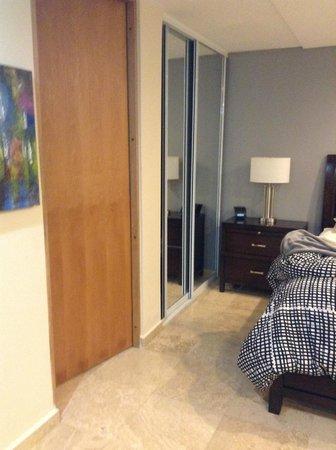 Ciqala Luxury Suites: Closet/Bathroom