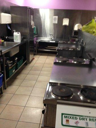 Jacobs Inn Hostel: Kitchen