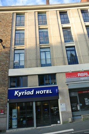 Kyriad Nantes Centre Graslin: Вход в отель