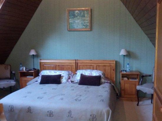 Le Clos Fleuri : Bedroom Upstairs