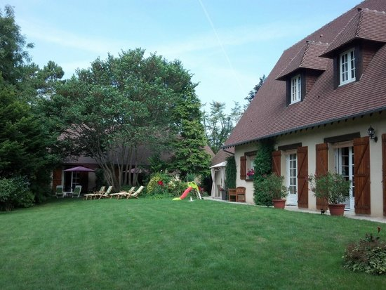 Le Clos Fleuri : Nice relaxing grounds at the bed and breakfast