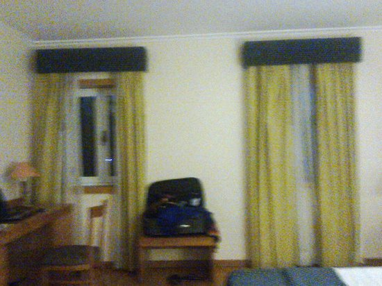 Montalegre Hotel: quarto com 2 janela e WC com uma
