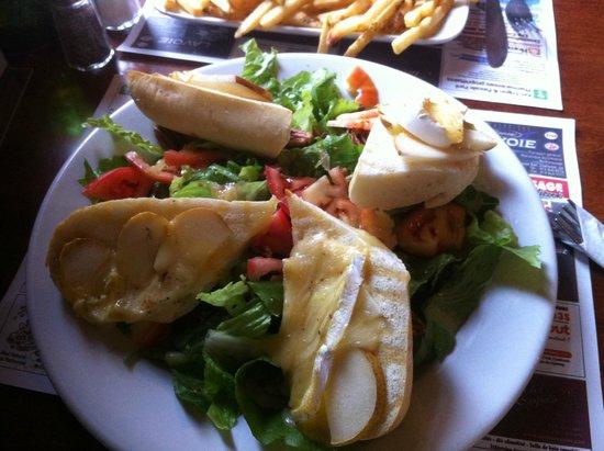 Resto-Bar Ailleurs: Tartines brie,poire,miel sur salade au vinaigre de framboise et noix