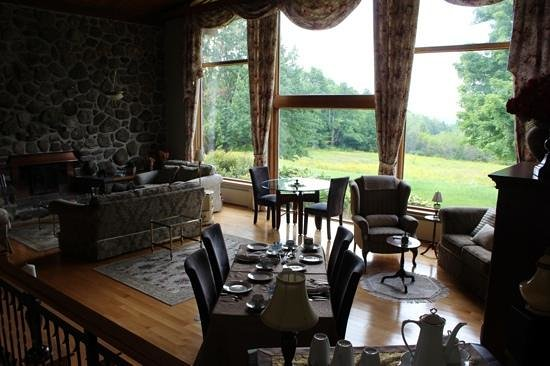 Le Clos Dauphinais: dining /breakfast roon with view