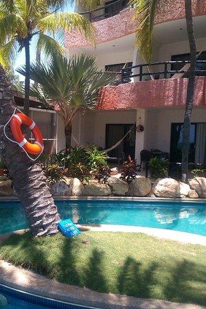 Hotel Surf Paradise: vista de la piscina y habitaciones