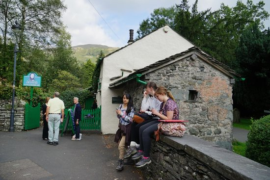 The Grasmere Gingerbread Shop (Sarah Nelson's): 大夥都在門口排吃了起來,不管旁邊是墳墓,還一屁股地坐在圍牆上