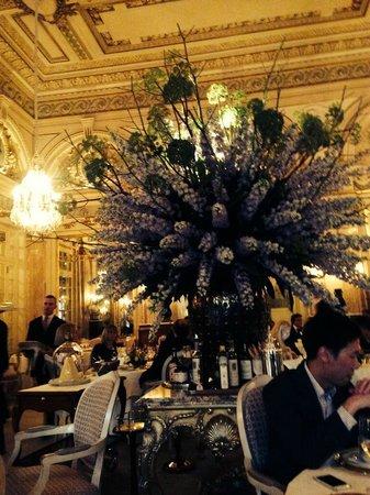 Le Louis XV - Alain Ducasse à l'Hôtel de Paris: Fantastic flower display is the best thing about this place