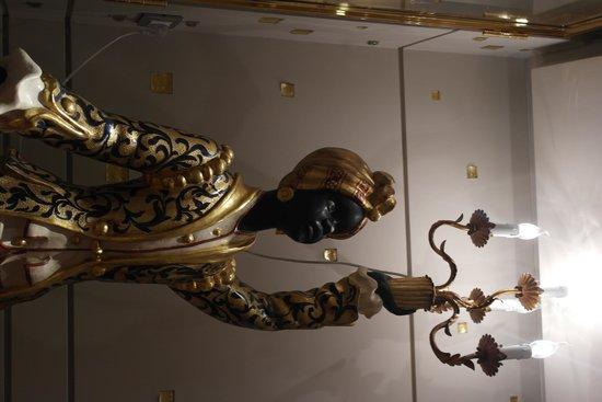 Palazzetto Madonna: Statue