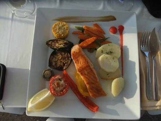 S'Ancora: Grillet laks med grønnsaker