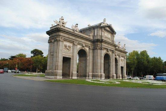 Puerta de Alcalá: Imponente!