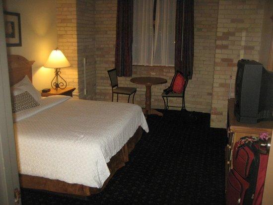 The Suites Hotel in Canal Park: Queen bedroom
