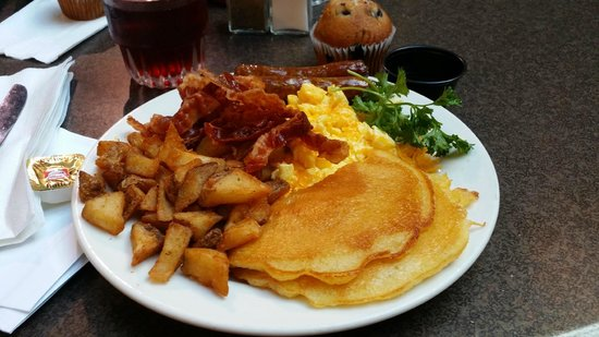 Embassy Suites by Hilton Indianapolis - North: Wonderful complimentary cooked-to-order breakfast!