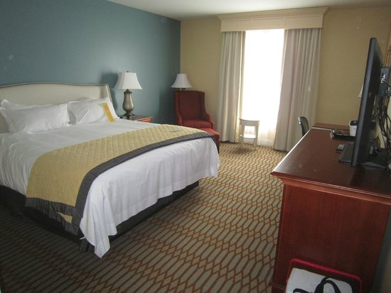 Virginia Crossings Hotel & Conference Center: King room in Monroe building