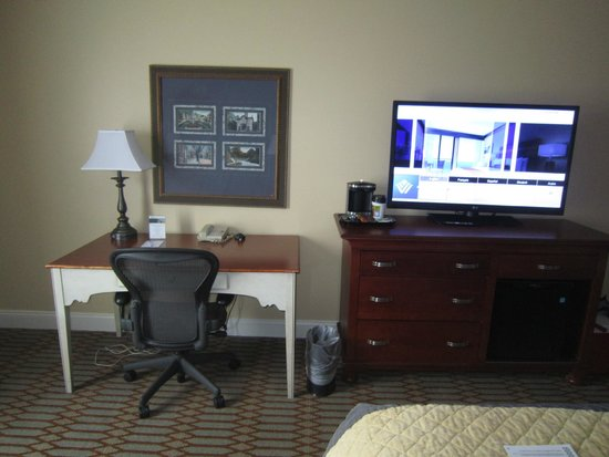 Wyndham Virginia Crossings Hotel & Conference Center: Desk and TV
