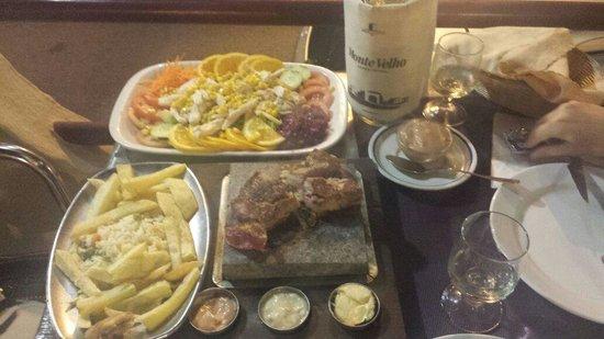 Buganvílla: ensalada de pollo y solomillo a la piedra