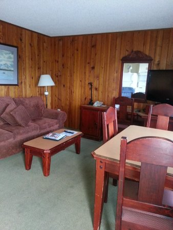 The Cedarwood Inn and Suites: Clean & Comfortable main room