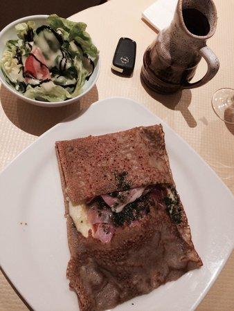 Aux Trois Gourmands: Crêpes prosciutto, mozzarella e funghi.