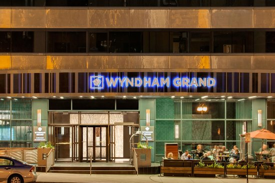 Wyndham Grand Chicago Riverfront : Exterior photo of hotel enterance