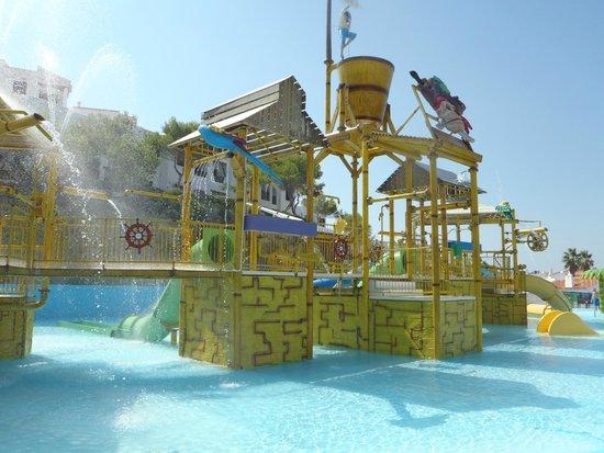 Parque acuatico bild fr n carema club resort fornells - Parque acuatico menorca ...