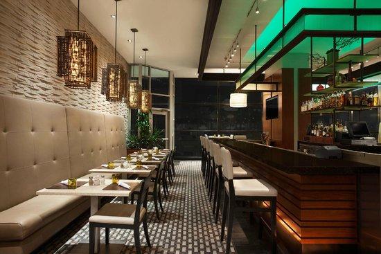 Wyndham Grand Chicago Riverfront: Hoyt's Chicago Restaurant and Bar