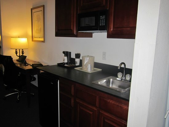 Quality Inn & Suites Patriots Pt.: Wet Bar with microwave and refrigerator