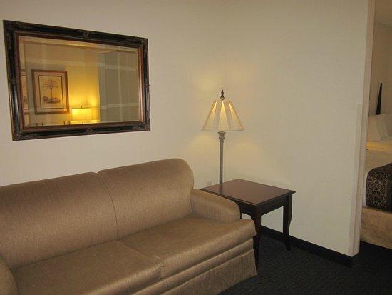Quality Inn & Suites Patriots Pt.: Living area - room 338