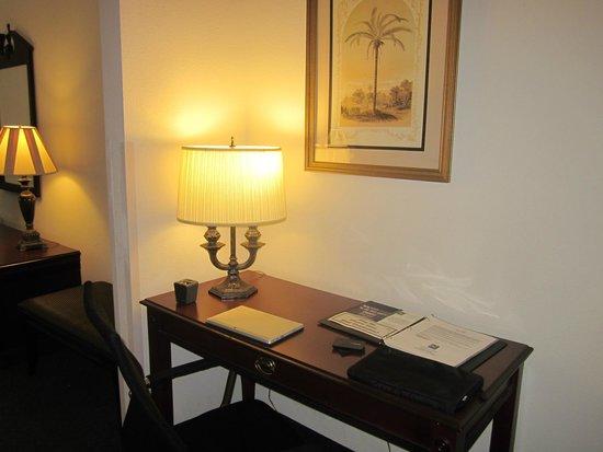 Quality Inn & Suites Patriots Pt.: Work Desk - room 338