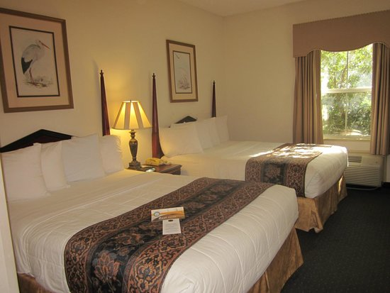 Quality Inn & Suites Patriots Pt.: Sleeping area - room 338